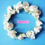 Rosas blancas en un círculo y una felicidad Imagen de archivo