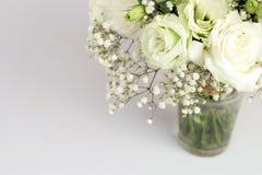 Rosas blancas en vidrio Imagenes de archivo