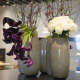 Rosas blancas y calas violetas Foto de archivo libre de regalías