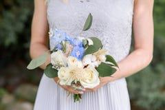 Rosas blancas y flores azules en el ramo de la dama de honor Fotos de archivo libres de regalías