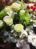 Rosas blancas y ramos hermosos del lirio Imagen de archivo libre de regalías