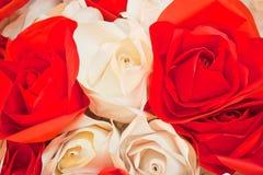 Rosas blancas y rojas de la tela Fotografía de archivo