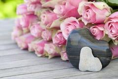 Rosas bonitas com dois corações Imagem de Stock