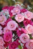 Rosas bonitas do vintage de flores artificiais foto de stock