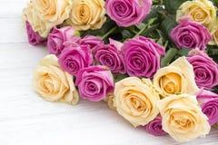 Rosas bonitas em um fundo de madeira branco Imagens de Stock