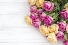 Rosas bonitas em um fundo de madeira branco Fotos de Stock Royalty Free
