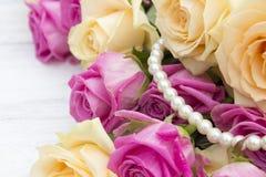 Rosas bonitas em um fundo de madeira branco Fotos de Stock