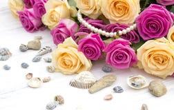 Rosas bonitas em um fundo de madeira branco Imagens de Stock Royalty Free