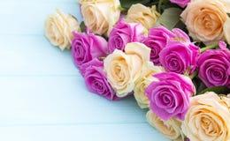 Rosas bonitas em um fundo do azul de turquesa Imagens de Stock
