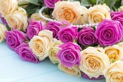 Rosas bonitas em um fundo do azul de turquesa Fotografia de Stock Royalty Free
