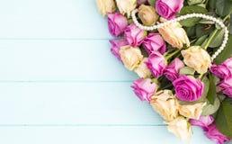 Rosas bonitas em um fundo do azul de turquesa Imagem de Stock Royalty Free