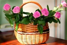 Rosas bonitas em uma cesta Imagem de Stock