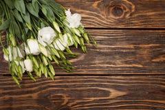 Rosas brancas no fundo de madeira Fotos de Stock