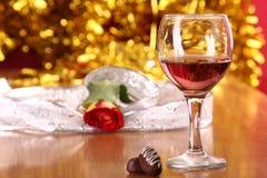 Rosas, caramelos y vidrio del día de tarjeta del día de San Valentín Fotografía de archivo