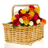 Rosas coloridas do ramalhete na cesta imagens de stock