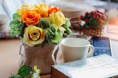Rosas coloridas en la oficina Foto de archivo