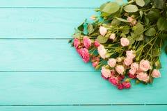 Rosas coloridas no fundo de madeira azul Imagens de Stock