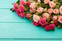 Rosas coloridas no fundo de madeira azul Imagem de Stock Royalty Free