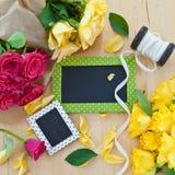 Rosas coloridas y una pequeña pizarra imagen de archivo libre de regalías
