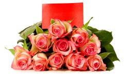Rosas com cartão do presente Fotografia de Stock Royalty Free