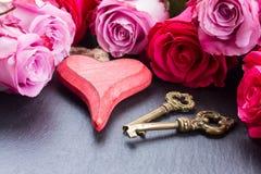 Rosas com coração e chaves Imagem de Stock