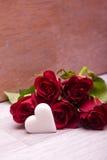 Rosas com a decoração do coração para wedding Foto de Stock Royalty Free