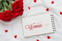 Rosas com dia da mulher internacional do 8 de março no papel Imagem de Stock