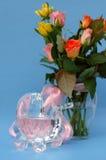 Rosas com o carrinho de criança de bebê de cristal e a fita cor-de-rosa Fotos de Stock Royalty Free