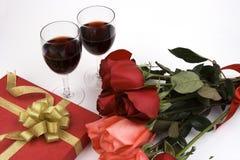Rosas com presente e vinho Fotos de Stock Royalty Free