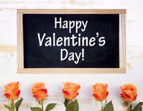 Rosas com quadro e o dia de Valentim feliz das palavras Fotos de Stock Royalty Free