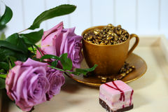3 rosas com um copo de café dourado Imagens de Stock Royalty Free