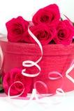 Rosas com uma caixa cor-de-rosa Imagens de Stock Royalty Free