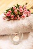 Rosas com uma vela Foto de Stock Royalty Free