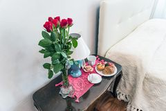 Rosas con el desayuno agradable Fotos de archivo