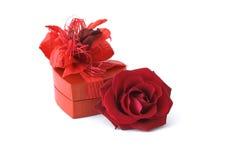Rosas con el rectángulo de regalo Imágenes de archivo libres de regalías