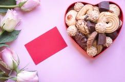 Rosas con galletas y una etiqueta Imagen de archivo libre de regalías