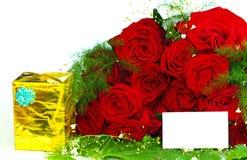 Rosas con un regalo Imagen de archivo libre de regalías