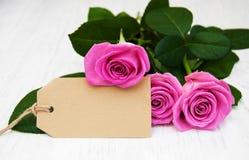 Rosas con una tarjeta Fotografía de archivo libre de regalías