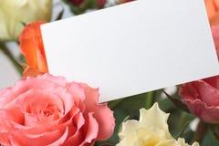 Rosas con una tarjeta vacía Foto de archivo libre de regalías