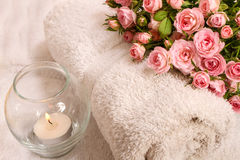 Rosas con una vela Foto de archivo