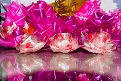 Rosas cor-de-rosa ajustadas feitas da fita de seda Fotografia de Stock