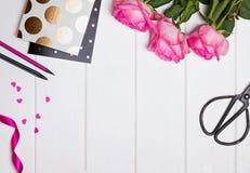 Rosas cor-de-rosa, blocos de notas com às bolinhas do ouro, corações de papel e outro Imagem de Stock Royalty Free