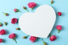Rosas cor-de-rosa bonitas e coração grande com espaço para o texto foto de stock royalty free