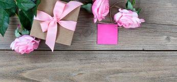 Rosas cor-de-rosa bonitas mais a caixa de presente com a etiqueta para o feriado do dia de mães foto de stock royalty free
