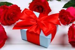 Rosas cor-de-rosa com uma caixa de presente amarrada com uma curva Molde para o 8 de março, o dia de mãe, o dia de Valentim Fotos de Stock