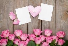 Rosas cor-de-rosa, coração handmaded do brinquedo e greetin da placa do dia de Valentim Fotos de Stock
