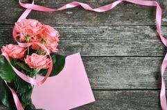 Rosas cor-de-rosa e cabeçalho da máscara coral delicada no fundo de madeira rústico Fundo do Valentim Cartão do feriado para mulh fotografia de stock