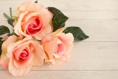 Rosas cor-de-rosa em Gray Wooden Background claro imagens de stock