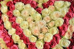 Rosas cor-de-rosa em máscaras diferentes no arranjo do casamento Foto de Stock
