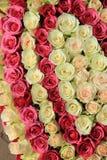 Rosas cor-de-rosa em máscaras diferentes no arranjo do casamento Fotos de Stock